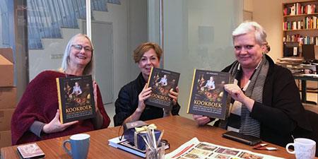 De auteurs nemen de eerste exemplaren in ontvagst. Vlnr Christianne Muusers, Marleen Willebrands, Alexandra van Dongen